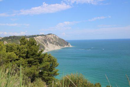 An der Abzweigung nach Portonovo öffnet sich der Blick entlang der Küste nach Norden