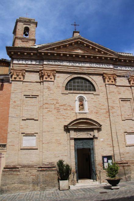 Eine der zahlreichen Kirchen in Recanati
