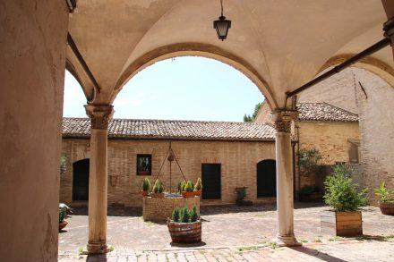 Der Innenhof im ehemaligen Kloster di San Agostini in Recanati
