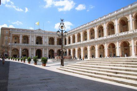 Im Palazzo Apostolico, der mit seinen Arcadengängen die Piazza della Madonna einrahmt ist eine Pinakothek untergebracht