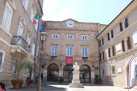 Das Rathaus von Loreto etwas abseits des Pilger-Trubels
