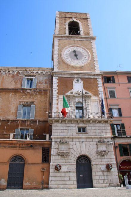 Der Regierungspalast mit seinem Stadtturm am Piazza Plebiscito in Ancona