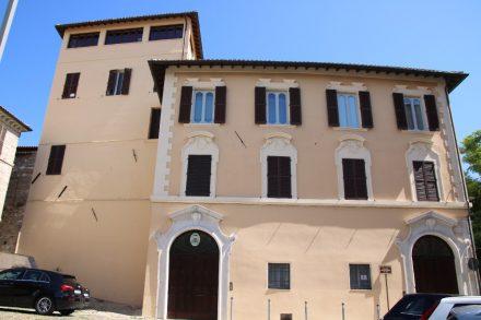 Schlichte Stadtpaläste am Piazza del Senato in Ancona