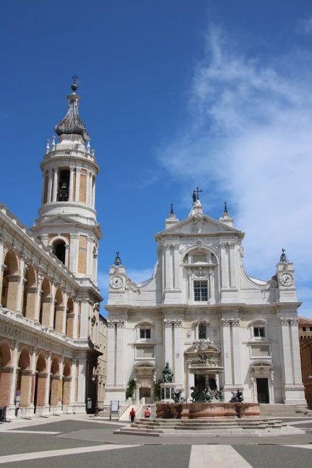Santuario della Santa Casa, die soll mit Steinen aus der Grotte neben dem Geburtshauses von Maria gebaut sein