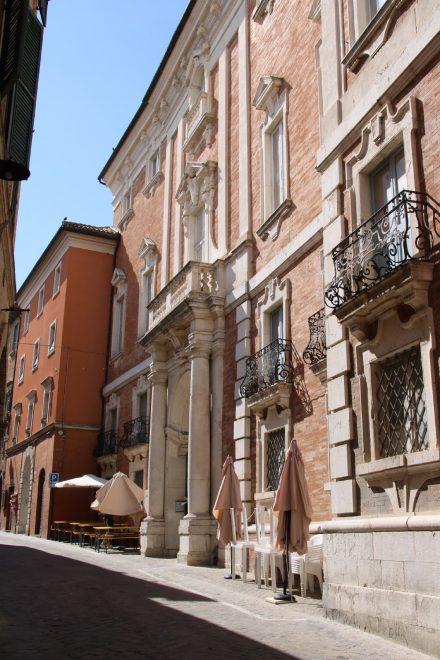 Wunderschöne historische Fassaden in den alten Gassen von Recanati