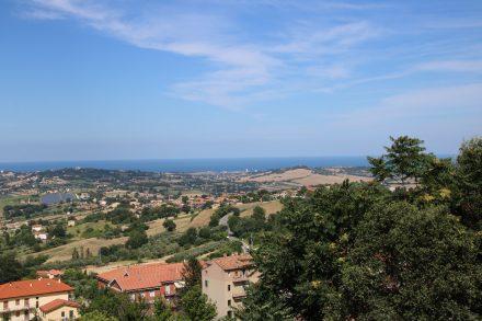 Im Landesinneren liegt Recanati auf einem Hügel mit Blick nach Porto Recanati am Meer