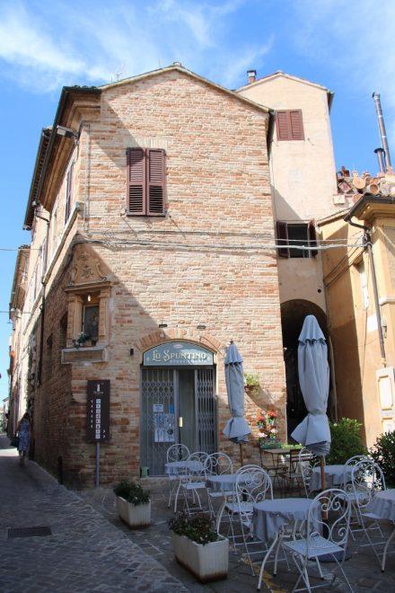 Alte Gebäude, kleine Cafés und hübsche Plätze in Recanati