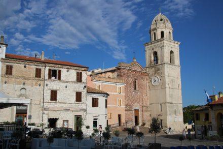 Schon von Weitem sieht man den weißen Turm der Stadtkirche San Nicolo di Bari