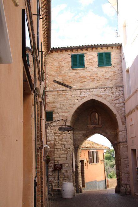 Das alte Stadttor zur historischen Innenstadt von Sirolo
