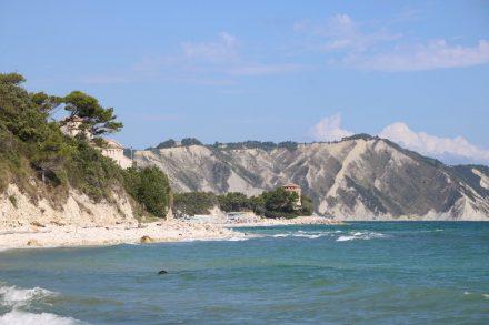 Der langgestrickte Strand von Portonovo mit dem Küstenwachturm Torre Clementina