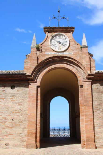Im Turmbogen des Palastes Venieri genießt man die Aussicht zum Meer