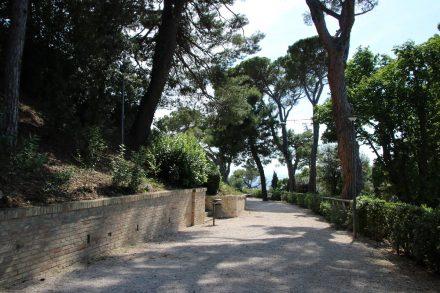 Der große, gepflegte Park der Villa Leopardi ist für die Öffentlichkeit zugänglich
