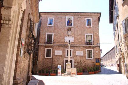 Gepflegte Häuserfassaden prägen das Stadtbild von Urbino