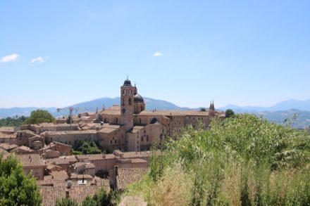 Vom Fortezza Albornoz aus liegt einem Urbino zu Füßen