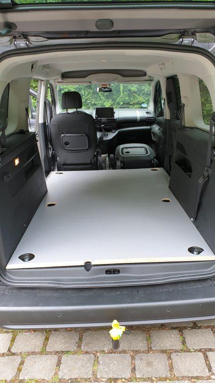 Die Multiplex-Bodenplatte mit Anti-Rutsch-Beschichtung wird an Originalpunkten der Karosserie verankert