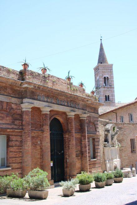 Das schöne Ziegelgebäude vom Botanischen Garten mit dem Kirchturm von San Francesco im Hintergrund