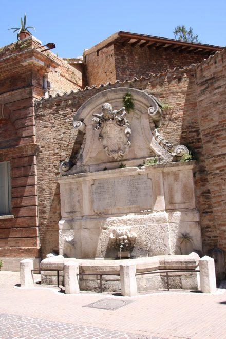 Am Botanischen Garten findet sich der zweite historische Brunnen Urbinos