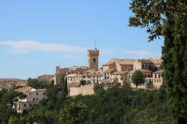 Der Stadtturm am Piazza Leopardi bestimmt das Stadtbild von Recanati