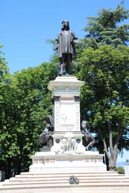 Das Denkmal für Raffael steht auf dem Piazzale Roma