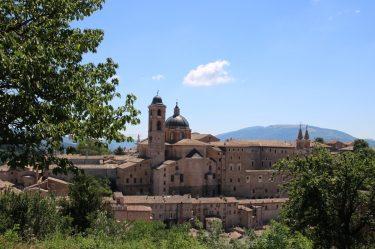 Dom und Palazzo Ducale im historischen Stadtbild von Urbino
