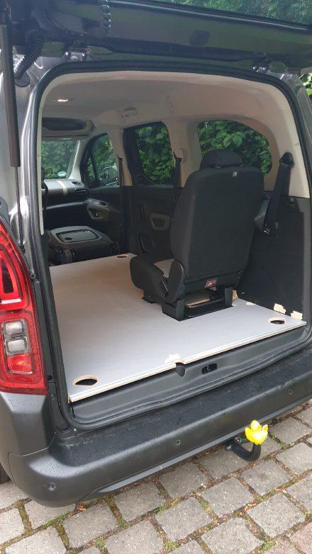 Die neue Bodenplatte ist an den Ankerpunkten des hinteren Sitzes ausgespart