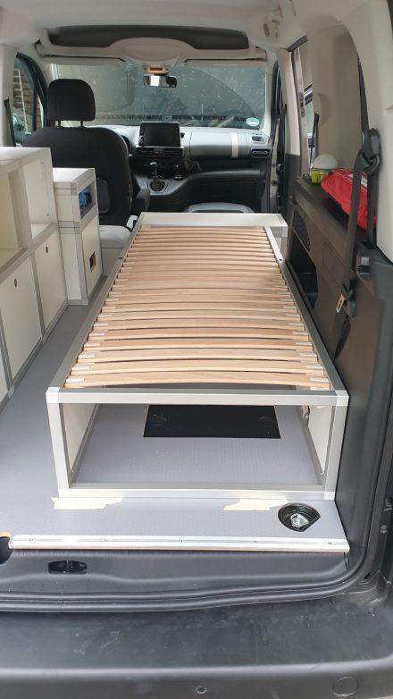 Das Einzelbett 65 x 195 cm ist mit ausziehbarem Lattenrost konzipiert