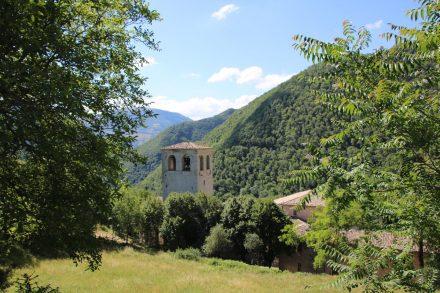 Die Abtei schmiegt sich an die Hänge des Monte Catria