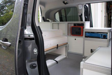 Hell, freundlich und variabel durch entnehmbare Möbel-Module zeigt sich der individuelle Camping-Ausbau des Berlingo