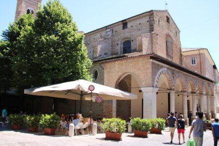Gemütliches Plätzchen unter dem Kirchturm von San Francesco