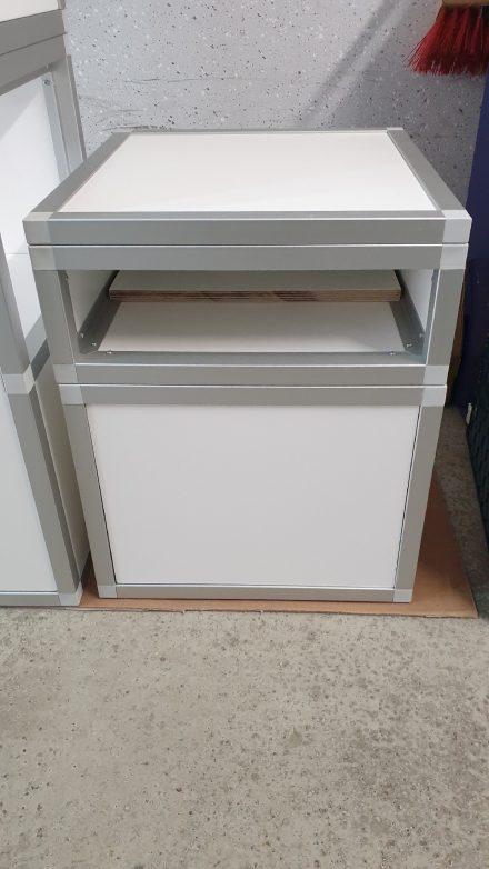 Die 16mm Multiplexplatten in weiß können bei Bedarf ausgetauscht werden