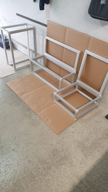 Die Möbel-Rahmen werden mit dem Alu-Steck-System aus Alustangen und Verbindern zusammengebaut