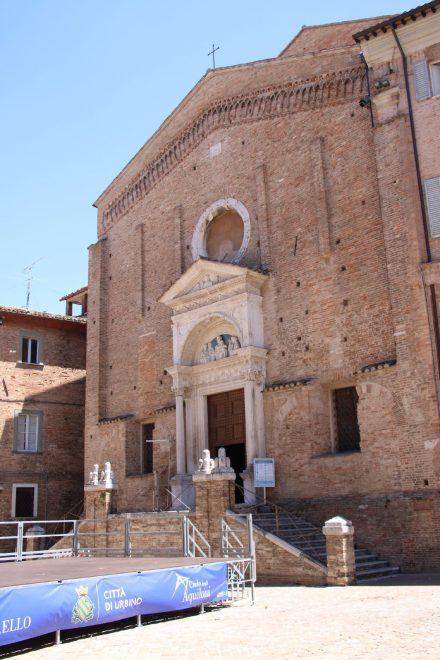 Die schlichte Kirche San Domenico gegenüber des Palazzo Ducale