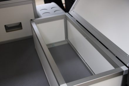 Die geräumige Staukiste hinter dem Beifahrersitz des Berlingo dient auch als Bettauflage