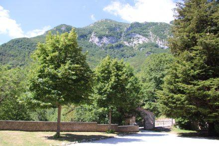 Ganz einsam im Mischwald liegt die Abtei Fonte Avellana in den Marken