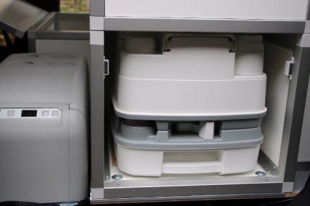Durch die zweite Schiebetür kann die WC Box mit zwei Handgriffen zur Leerung entnommen werden