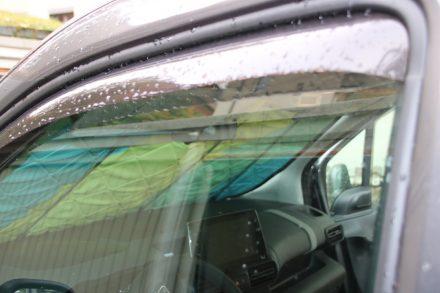 Die Überdächer an Fahrer- und Beifahrerfenster schützen den offenen Fensterspalt