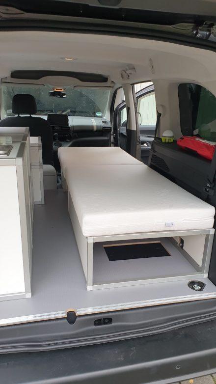 Die zweiteilige, 10 cm hohe Matratze in Öko-Ausführung wurde auf Maß bestellt