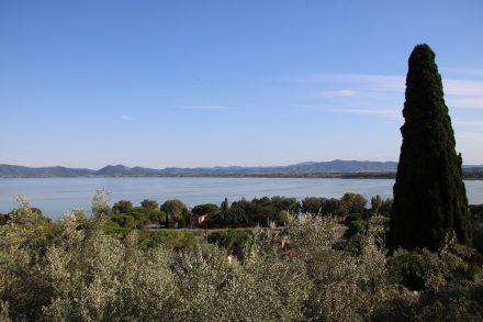 Blick von Castiglione über den abendlichen Lago Trasimeno