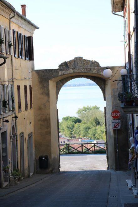 Altes Stadttor mit Blick auf den Lago Trasimeno