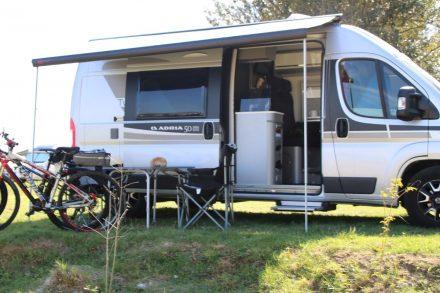 Der Ducato Twin und die beiden Bikes am Camping Listro