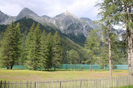 Der Antholzer See lädt zum Wandern ein und ist nicht so überlaufen, wie der Pragser Wildsee