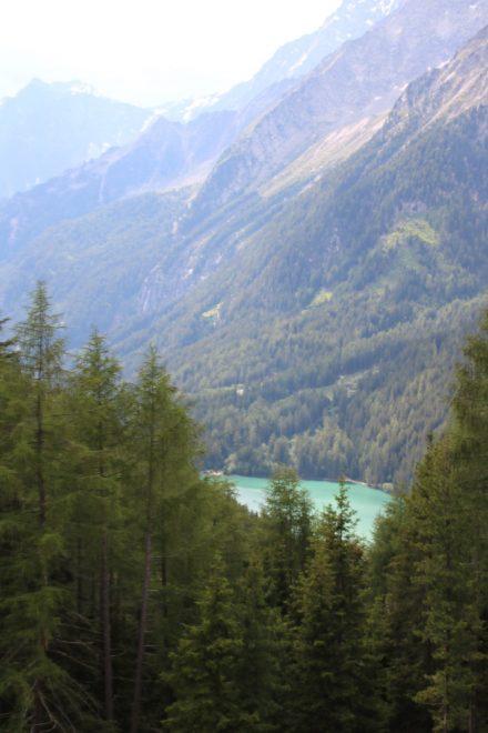 Von der Steinzger Alm erhascht man einen Blick auf den türkisfarbenen Antholzer See