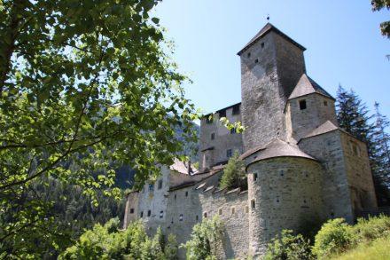 Wirklich idyllisch thront die Burg Taufers über dem Tal