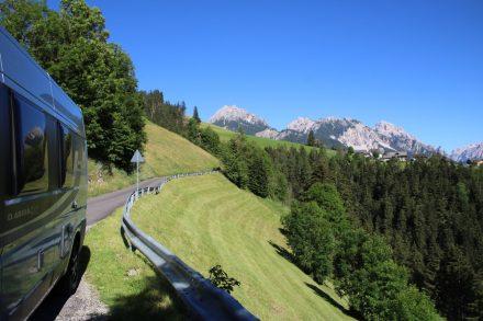 Grüne Wiesen, schroffe Berge und kleine, kurvige Bergstraßen in Südtirol