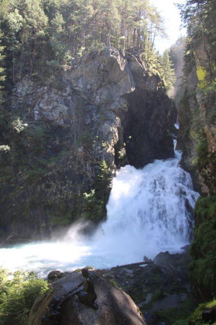 Am Reinbachtal Wanderweg spaziert man von Wasserfall zu Wasserfall - der erste fällt rund 10 Meter in die Tiefe