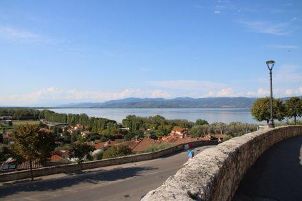 Blick von Castiglione über den Lago Trasimeno