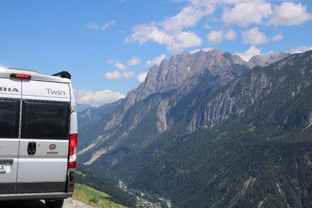 Die Pustertaler Hochalmstraßen eröffnet herrliche Blicke auf Berge und das schmale Tal