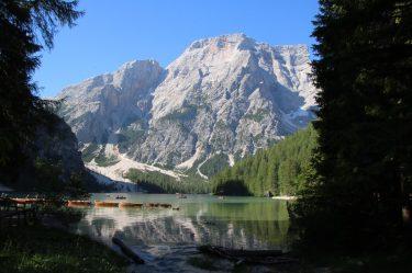 Morgendliche Idylle am Pragser Wildsee in Südtirol