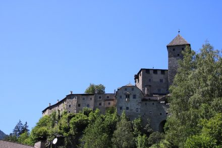 Mächtig zeigt sich die Burganlage Taufers bei Sand in Südtirol