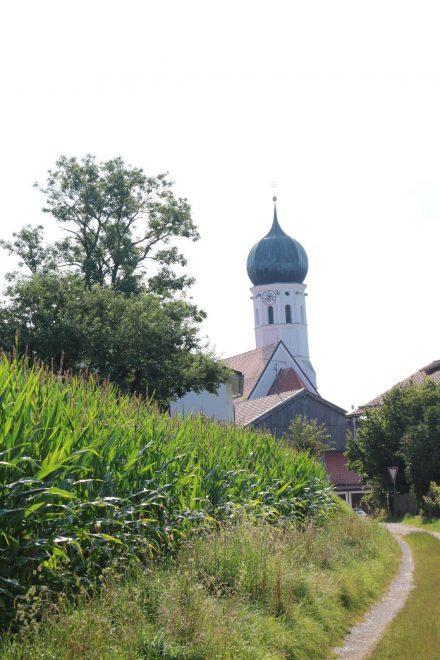 Ab Aying geht der Mangfall Radweg durch grüne Landschaften und bayerische Dörfer